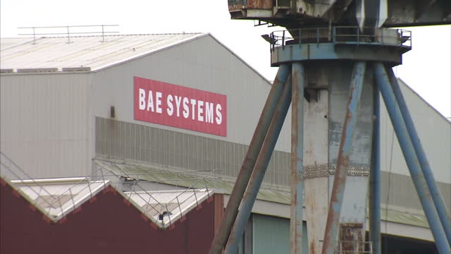exterior shots of cranes at bae systems scotstoun shipyard in glasgow scotstoun shipyard in glasgow on november 06 2013 in glasgow scotland - costruttore navale video stock e b–roll