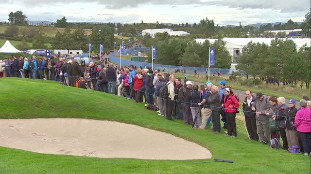 vídeos de stock, filmes e b-roll de exterior shots of crowds at the 2014 ryder cup at gleneagles golf course on september 25 2014 in auchterarder scotland - evento da associação de golfistas profissionais