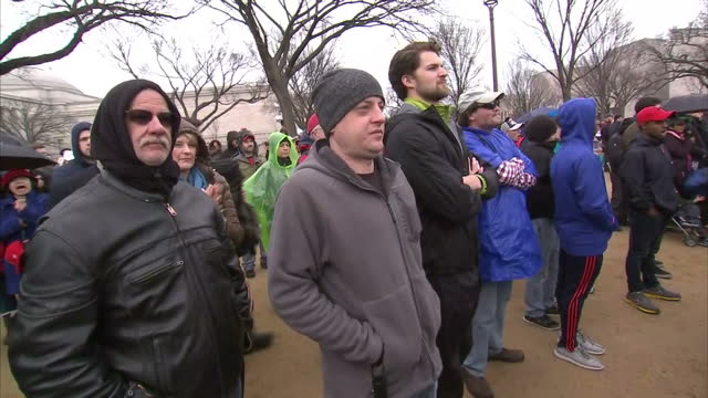 exterior shots of crowds cheering and chanting 'usa usa' during the inauguration of donald trump on the national mall on january 20 2017 in... - amtseinführung stock-videos und b-roll-filmmaterial