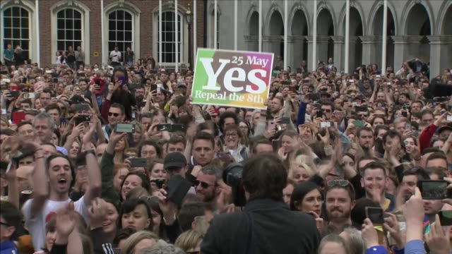 exterior shots of crowds, hundreds of voters gathered outside dublin castle as the results are read out, including shots of crowds cheering and... - rättsväsendet bildbanksvideor och videomaterial från bakom kulisserna