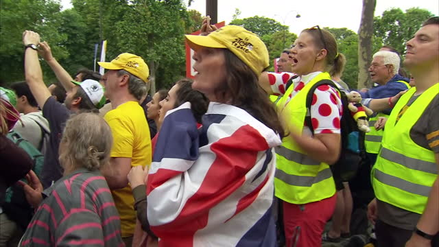 clean exterior shots of crowds lining the champs elysee to watch the finish of the tour de france on july 23 2017 in paris france - ツール・ド・フランス点の映像素材/bロール