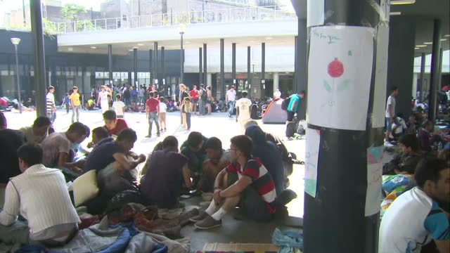 exterior shots of crowds of migrants gathered in budapest train station in a makeshift kind of transit camp on august 27 2015 in budapest hungary - resourceful stock videos & royalty-free footage