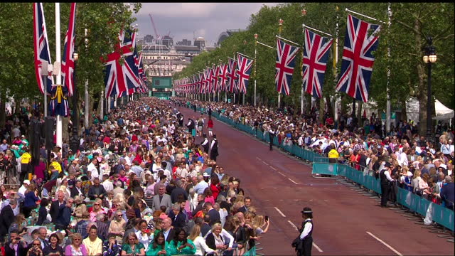 exterior shots of crowds of people gathered along the mall for the patron's lunch street party to celebrate the queen's 90th birthday.>> on june 12,... - lunch stock videos & royalty-free footage