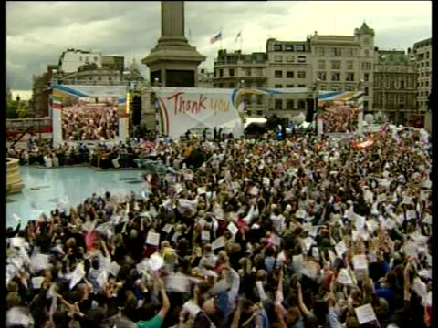 exterior shots of crowds of people in trafalgar square cheering the announcement that london is to be the host of the 2012 olympics on 6 july 2005 in... - 2012年ロンドン夏季オリンピック点の映像素材/bロール