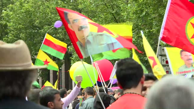 exterior shots of crowds of pro-kurdish independence protesters dancing together and marching carrying kurdish flags and the flags of kurdish groups... - people's protection units stock videos & royalty-free footage