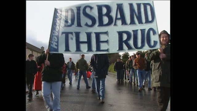 "exterior shots of crowds of protesters carrying irish flags & banners reading ""disband the ruc"" & ""93% protestant 100% unionist disband them now"",... - 1995 bildbanksvideor och videomaterial från bakom kulisserna"