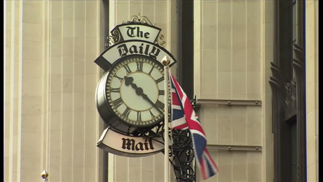exterior shots of daily mail newspaper headquarters offices in london. daily mail newspaper hq on october 19, 2013 in london, england - デイリーメール点の映像素材/bロール