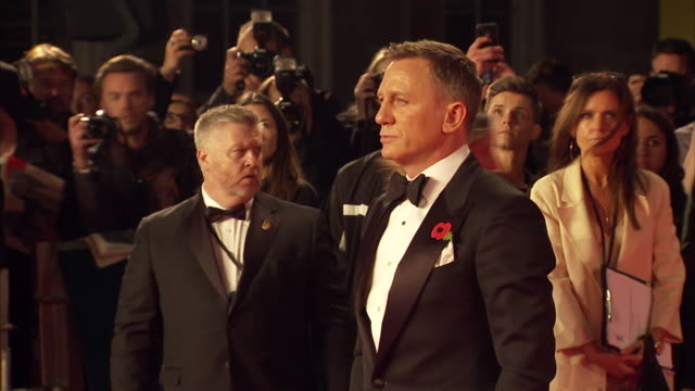 vídeos de stock, filmes e b-roll de exterior shots of daniel craig posing for photo op on the red carpet at the royal world premiere of 'spectre' at royal albert hall on october 27 2015... - james bond trabalho conhecido