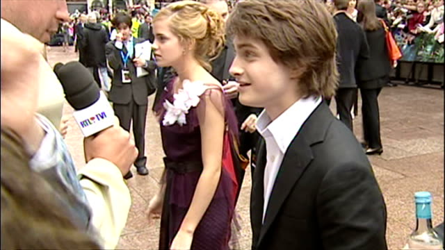 exterior shots of daniel radcliffe and emma watson speaking to press at the premiere of harry potter and the prisoner of azkaban on may 30 2004 in... - 2004 stock videos & royalty-free footage