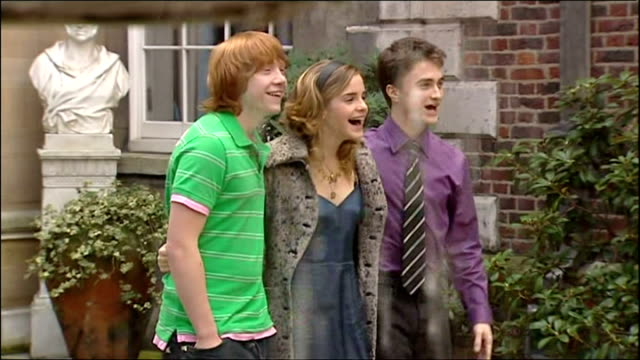 exterior shots of daniel radcliffe, emma watson and rupert grint posing for photo op promoting new film harry potter and the goblet of fire.on... - harry potter titolo d'opera famosa video stock e b–roll