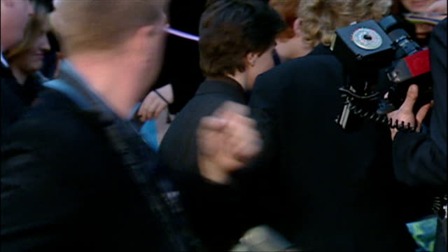 stockvideo's en b-roll-footage met exterior shots of daniel radcliffe signing autographs at the premiere of harry potter and the chamber of secrets on november 3 2002 in london england - harry potter en de geheime kamer