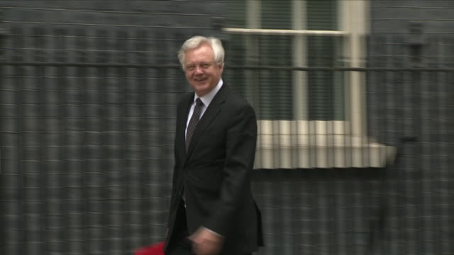 exterior shots of david davis mp, brexit secretary arriving at downing street and entering number 10 on 12th june 2018 in westminster, london, united... - domande al primo ministro video stock e b–roll