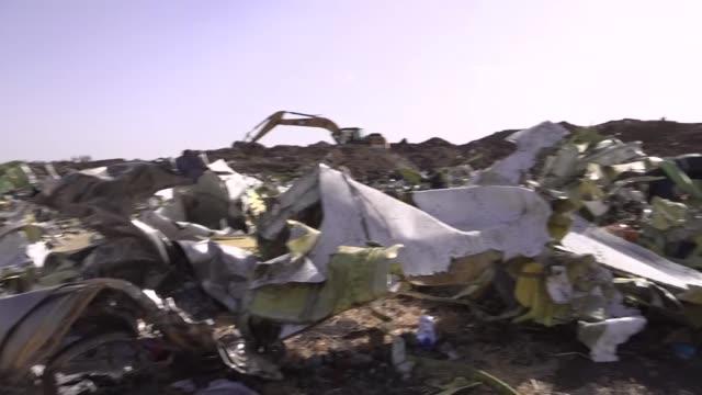 vídeos de stock e filmes b-roll de exterior shots of debris of the ethiopian airlines flight et 302 plane crash on 11 march near addis ababa ethiopia - acidente de avião