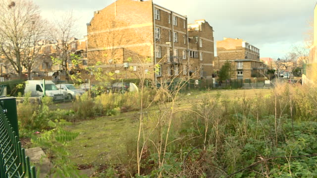vidéos et rushes de exterior shots of demolition site where a youth centre once stood with litter and overgrown plants now in its place on 18 january 2020 in lambeth,... - centre culturel