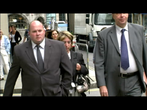 exterior shots of denise fergus, mother of murdered james bulger, walking to court to hear jon venables pleading guilty to child pornography charges.... - ジョン ベナブルズ点の映像素材/bロール