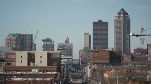 vídeos de stock e filmes b-roll de exterior shots of des moines city skyline including the principal building with traffic passing along a main street towards the downtown area from... - des moines iowa