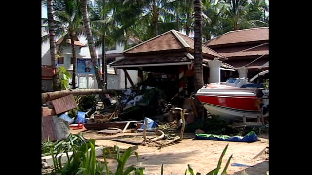 vídeos de stock, filmes e b-roll de exterior shots of destruction debris on streets of phuket and tourists walking through streets with luggage in the aftermath of the tsunami>> on... - oceano índico