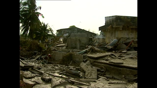 vídeos de stock, filmes e b-roll de exterior shots of destruction in nam kem village with homes destroyed by the tsunami and debris scattered everywhere>> on december 29 2004 in nam... - oceano índico