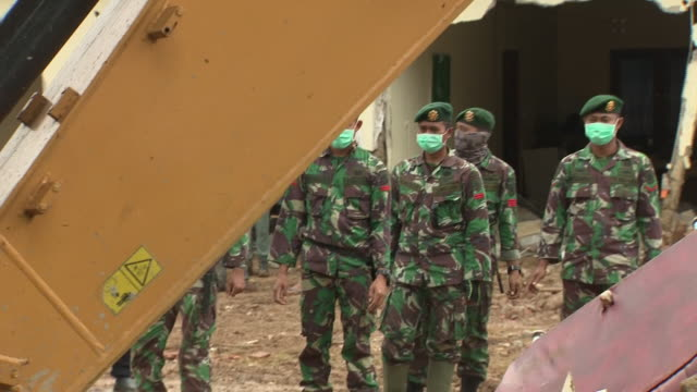 exterior shots of diggers and soldiers moving rubbles of destroyed building following the devastating tsunami on 25 december 2018 in carita banten... - moving after stock videos & royalty-free footage