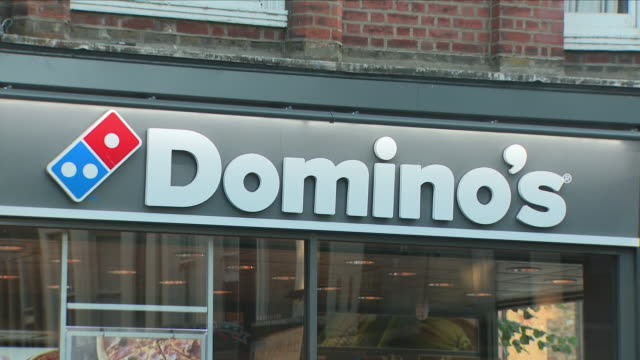 vidéos et rushes de exterior shots of domino's pizza delivery chain restaurant in chiswick on 24 july 2018 in london england - cuisine rapide