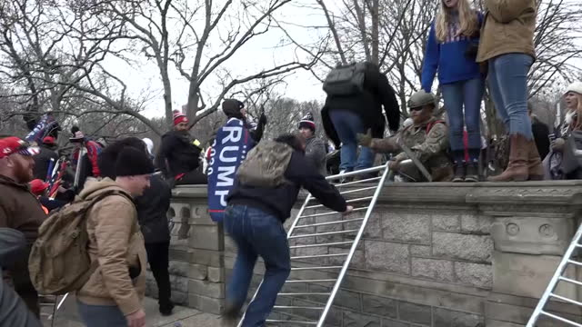 vídeos de stock e filmes b-roll de exterior shots of donald trump supporters gathering to march on the us capitol after trump rally on 6 january 2021 in washington dc, united states. - capitólio capitol hill