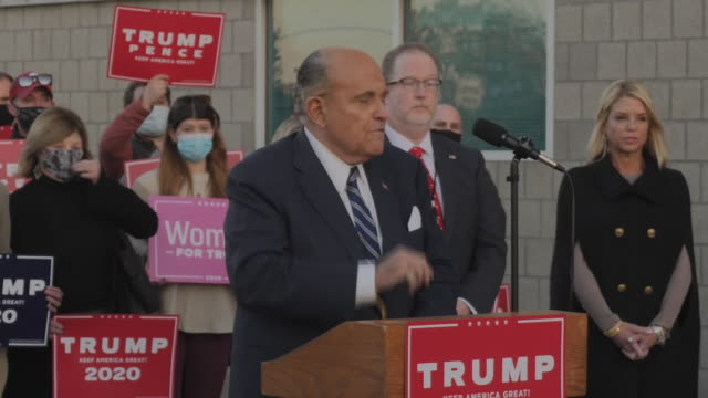 """vídeos y material grabado en eventos de stock de exterior shots of donald trump's lawyer rudy giuliani giving a press conference alleging that democrats were trying to """"cheat"""" by committing mass... - fraude"""