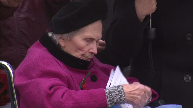 stockvideo's en b-roll-footage met exterior shots of dorothy ellis the last surviving world war i widow at the armistice day service at the national memorial arboretum armistice day... - weduwe