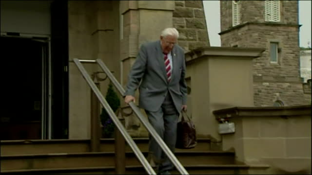 exterior shots of dr ian paisley departing stormont as first minister for the last time before handing over job to martin mcguiness waving to press... - イアン ペイズリー シニア点の映像素材/bロール
