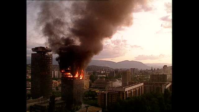 "vidéos et rushes de exterior shots of dramatic explosions and shelling and shots of the ""momo"" and ""uzeir"" twin towers burning on june 08, 1992 in sarajevo, bosnia and... - bosnie herzégovine"