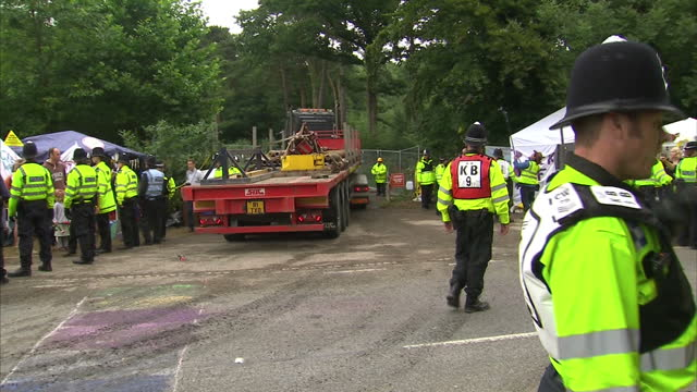 exterior shots of drilling equipment on back of lorry with police escort being driven through crowd of protesters toward fracking site. anti shale... - protesta anti fracking video stock e b–roll