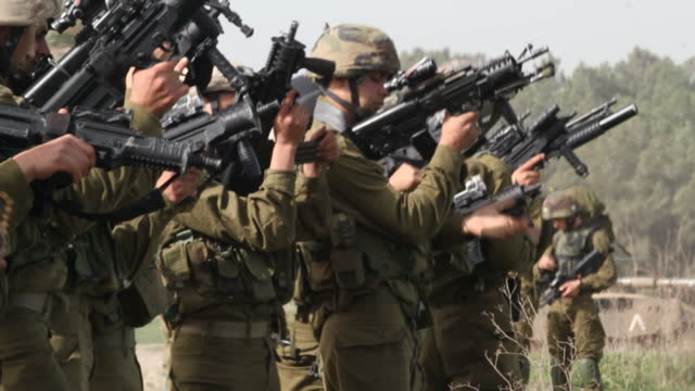 stockvideo's en b-roll-footage met exterior shots of druze idf soldiers with guns and packs during a training mission on april 28 2014 in tiberias israel - israëlisch leger