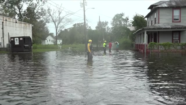 vídeos de stock, filmes e b-roll de exterior shots of emergency workers wading through flood waters housetohouse helping residents after hurricane florence hit the carolinas on 15... - wilmington carolina do norte