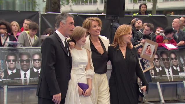 exterior shots of emma thompson, greg wise & gaia wise on the red carpet at the premiere of men in black 3 in odeon leicester square. men in black 3... - エマ・トンプソン点の映像素材/bロール