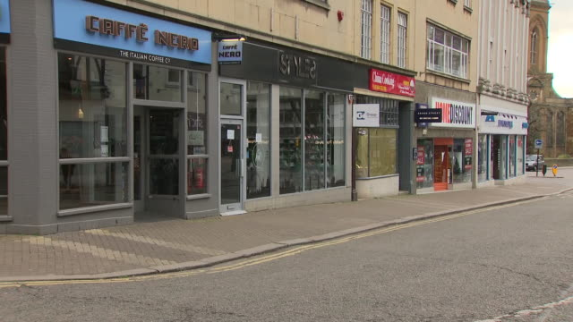 vidéos et rushes de exterior shots of empty northampton town centre streets with shuttered closed shops and restaurants due to the coronavirus lockdown on 3 april 2020... - northampton