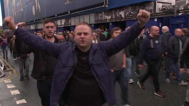 vidéos et rushes de exterior shots of everton fans leaving goodison park following their win over southampton. - everton