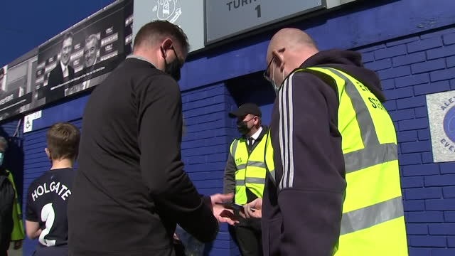 vidéos et rushes de exterior shots of everton fans returning to goodison park after a year of lockdown. the fans are returning for everton's premier league match against... - everton