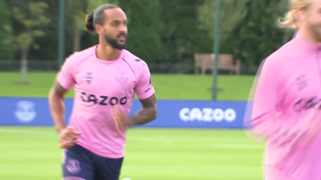 vidéos et rushes de exterior shots of everton players theo walcott, tom davies and moise kean training ahead of everton's premier league game against crystal palace on... - everton