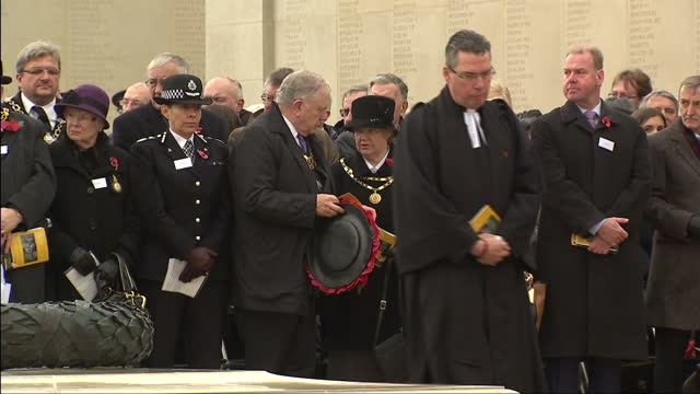 exterior shots of ex servicemen and others at the national memorial arboretum observing a two minute silence on armistice day to mark the 100th... - 一百週年紀念 個影片檔及 b 捲影像