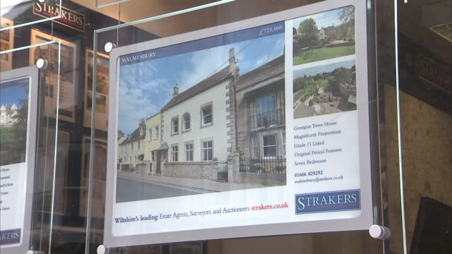 exterior shots of expensive houses advertised for sale in window of estate agents' branch houses for sale in malmesbury wiltshire on november 01 2013... - for sale englischer satz stock-videos und b-roll-filmmaterial