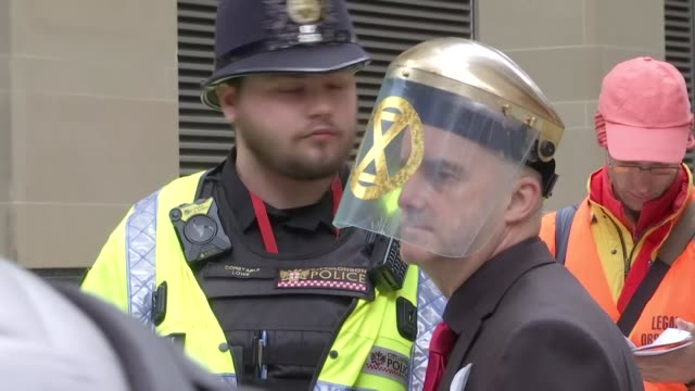 vídeos de stock, filmes e b-roll de exterior shots of extinction rebellion protesters being arrested for glueing themselves to the front of the london stock exchange building on 25th... - bolsa de valores de londres