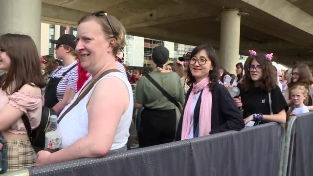 vidéos et rushes de exterior shots of fans queuing for the concert of bts, korean pop boy band, performing at wembley stadium on 01 june 2019 in london, united kingdom - k pop