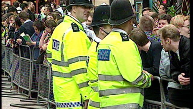 exterior shots of fans queuing up outside of the odeon cinema for the premiere of star wars episode i the phantom menace and police officers... - odeon kinos stock-videos und b-roll-filmmaterial