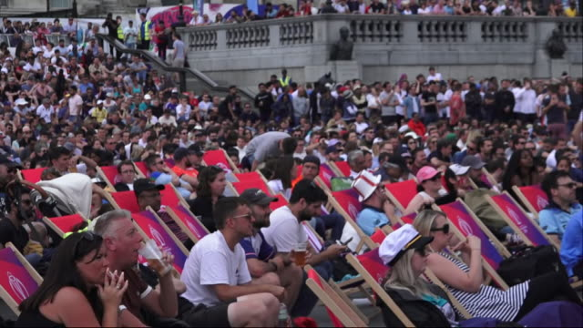 vídeos de stock, filmes e b-roll de exterior shots of fans watching the england vs new zealand cricket world cup 2019 final from the trafalgar square fan zone on 14th july 2019 in... - campeonato esportivo