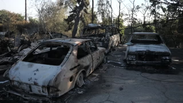 vidéos et rushes de exterior shots of fire damaged cars parked by a road on the 12 of november in malibu, california. united states - malibu