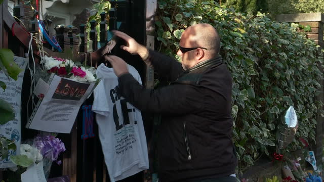 exterior shots of floral tributes and mourners crying outside of george michael's house in highgate on december 27 2016 in london england - monumento commemorativo temporaneo video stock e b–roll