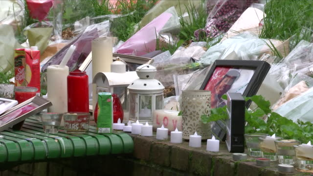 stockvideo's en b-roll-footage met exterior shots of floral tributes left at a shrine in memory of nuno cardoso and lewis blackman who were friends and killed in two separate attacks... - kentish town