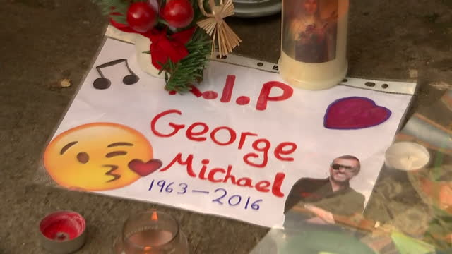 exterior shots of floral tributes outside of george michael's house on december 27 2016 in goringonthames england - monumento commemorativo temporaneo video stock e b–roll
