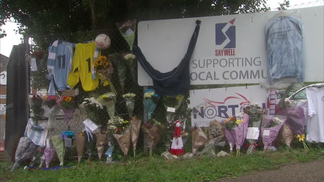 exterior shots of flowers and tribute messages to shoreham air crash victims and worthington united players matthew grimstone and jacob schilt at the... - ショーハム・バイ・シー点の映像素材/bロール