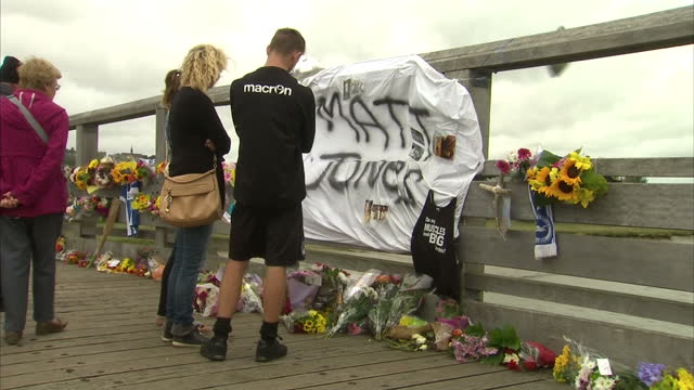 exterior shots of flowers and tributes left on a bridge near the shoreham plane crash site as mourners pay their respects on august 25 2015 in... - ショーハム・バイ・シー点の映像素材/bロール