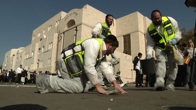 stockvideo's en b-roll-footage met exterior shots of forensic detectives conducting a fingerprint search of the scene outside a jerusalem synagogue at which four worshipers were killed... - orthodox jodendom
